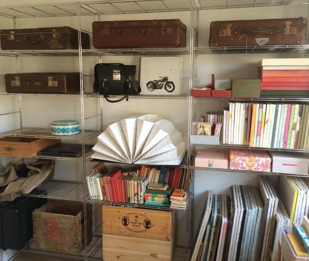 365 moodboards i 2014. Moodboard #88: Nyt liv til gamle kufferter. Ny, brugt IKEA stål reol under opførelse - med fine gamle kufferter på de øverste hylder. Fotograf: Susanne Randers