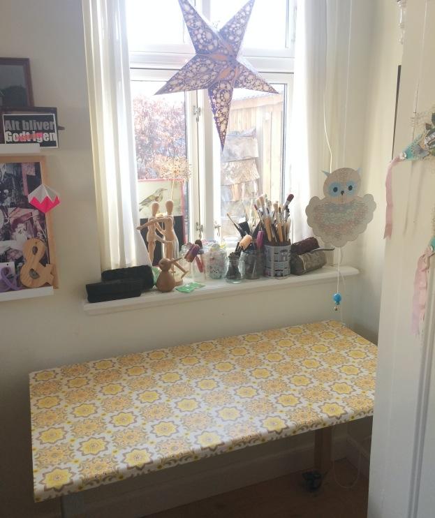 365 moodboards i 2014. Moodboard #89: Solskin i mit krearum. Nyt symaskinebord med gult retrotapet. Fotograf: Susanne Randers