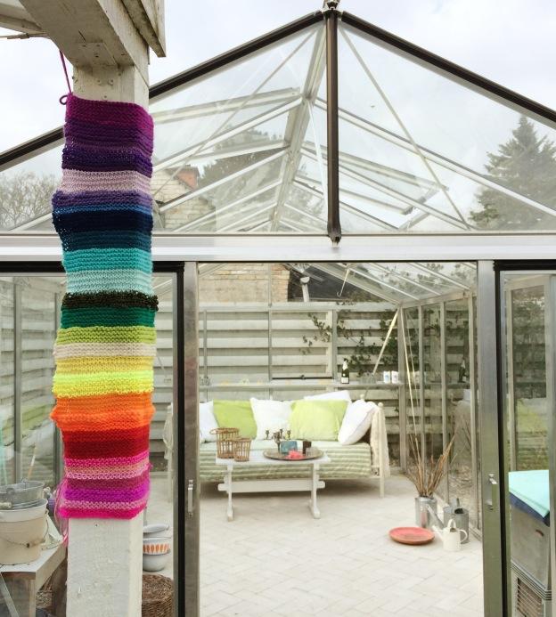 365 moodboards in 2014. Moodboard #111: Vores have: Drivhus og stolpe med yarnbombet regnbue. Fotograf: Susanne Randers