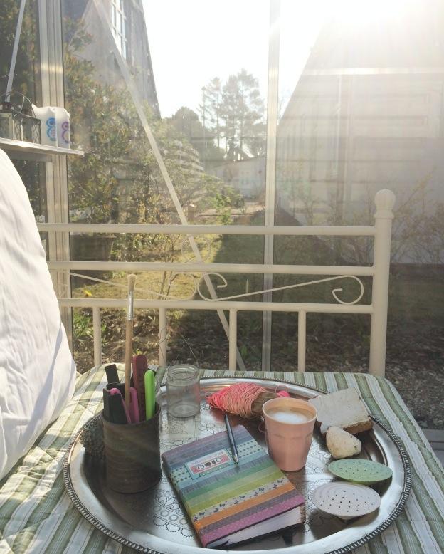 365 moodboards in 2014. Moodboard #117: Hvor enkelt kan livet leves? Morgenstund og gode tanker i drivhuset. Fotograf: Susanne Randers
