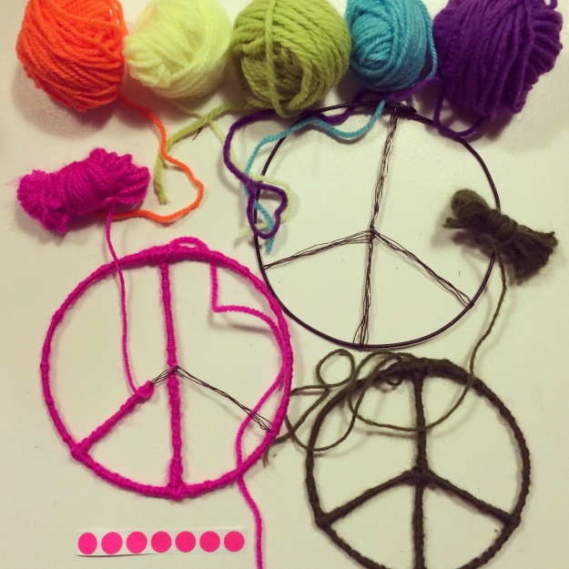 365 mood boards in 2014. Mood board #97: Peace, love & rainbows. Peacesign with yarn. Smashup. Instagram filter Valencia. Photographer: Susanne Randers