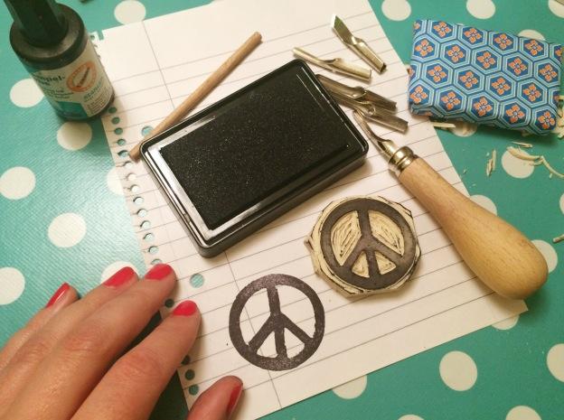 365 moodboards in 2014. Moodboard #133: Håndgraveret viskelæderstempel med peace tegn. Fotograf: Susanne Randers