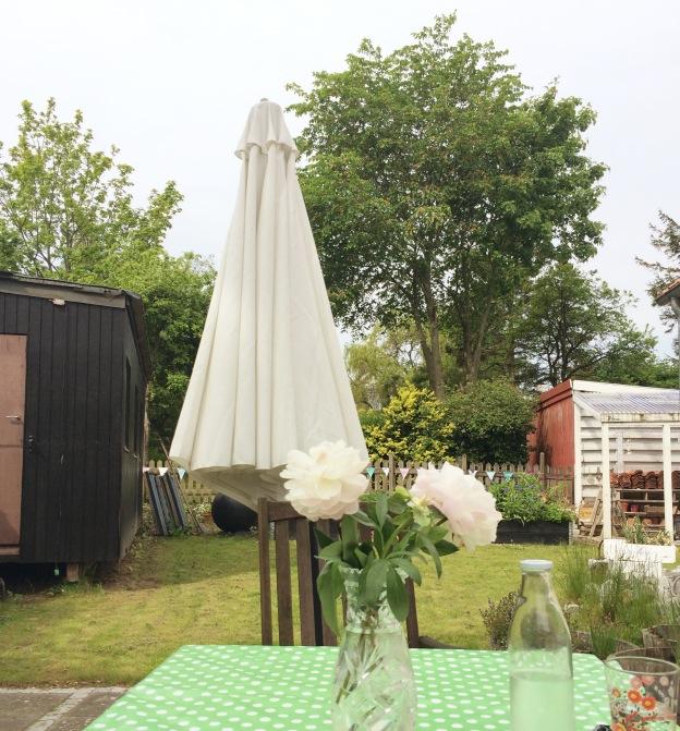 365 moodboards in 2014. Moodboard #138: En stille dag i haven. Morgenmad på terassen. Fotograf: Susanne Randers